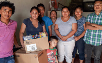 A Nicaraguan family located in Carpio, San José, receives aid from volunteers from the embassy during the height of the pandemic, July 2020. Photo by Donald Ridder