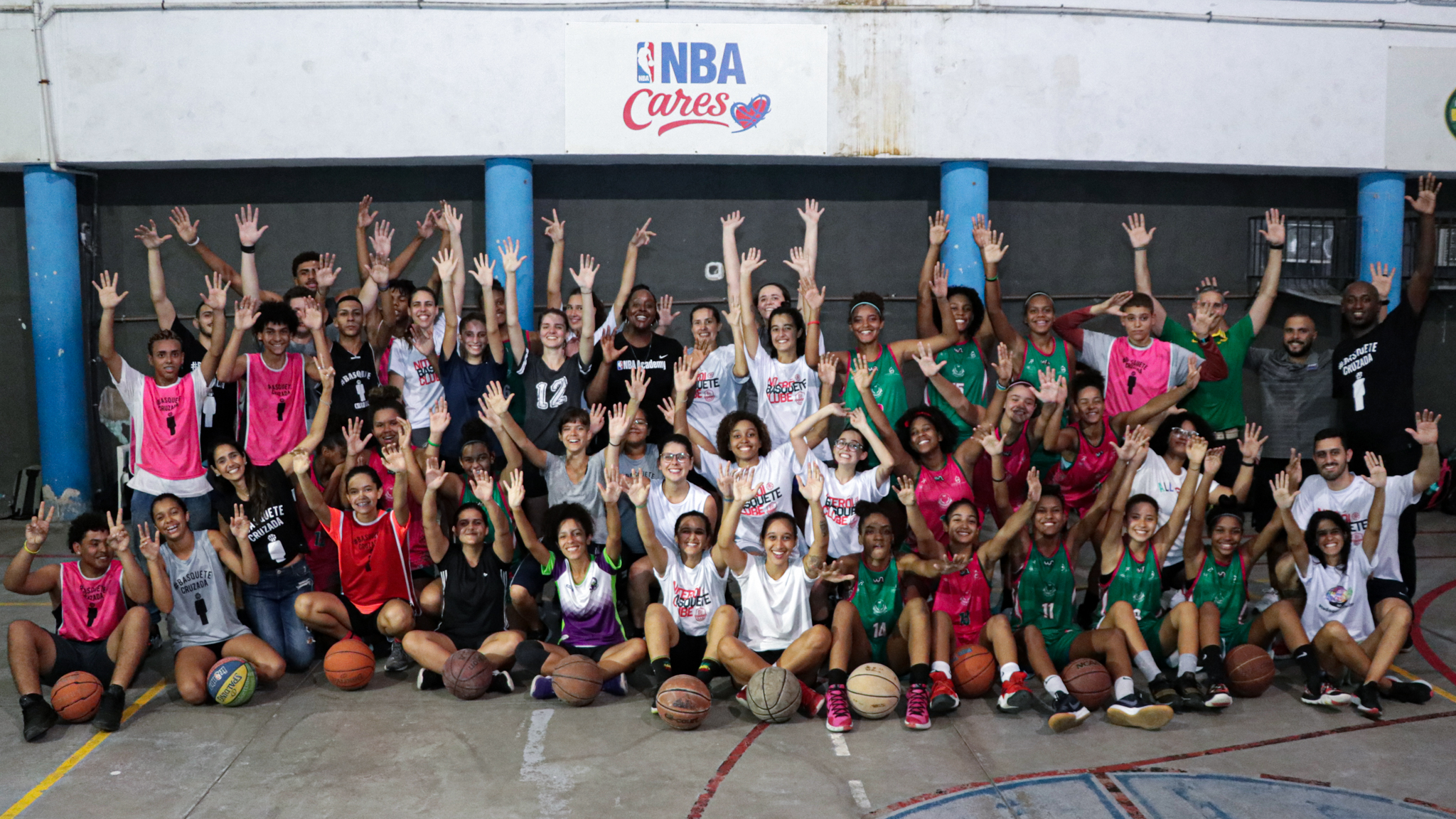 Women's National Basketball Association veteran Ebony Hoffman (center in black shirt) and 12 American coaches pose with youth from Rio de Janeiro communities, March 2020. Photo by Carlos Külps
